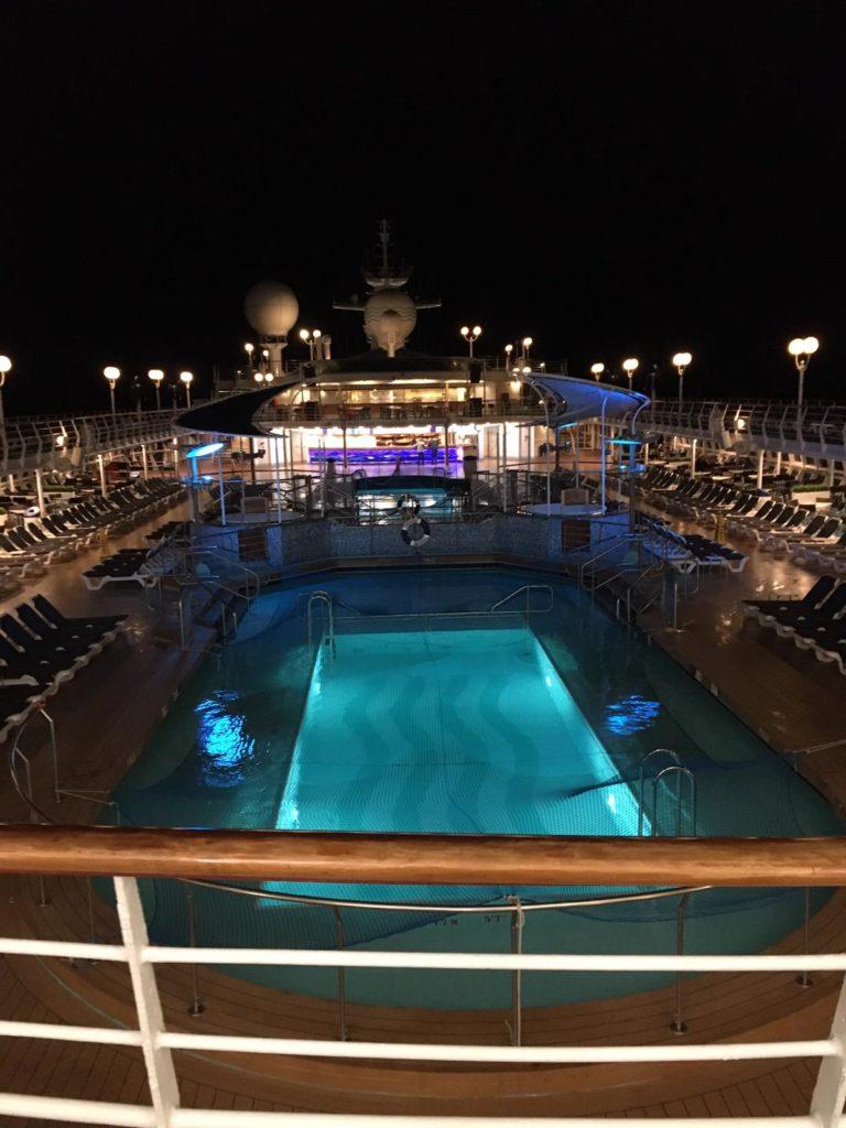 Kreuzfahrtschiff bei Nacht